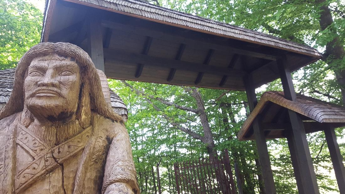 Spacer w Dolinie Charlotty - brama z drewnianym gontem