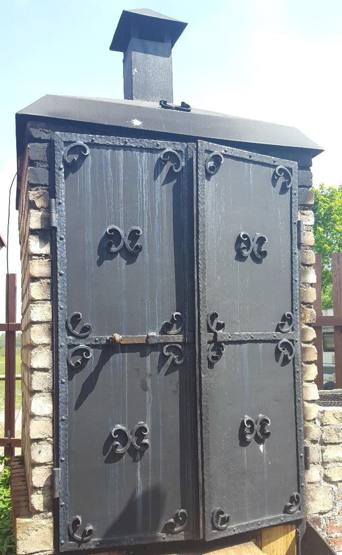 Spacer w Dolinie Charlotty - murowany grill i mosiężne drzwi